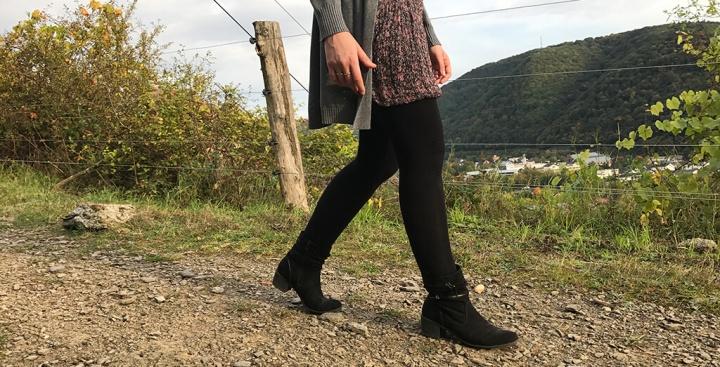 Herbstoutfit: Blümchenkleid und kuschligerCardigan