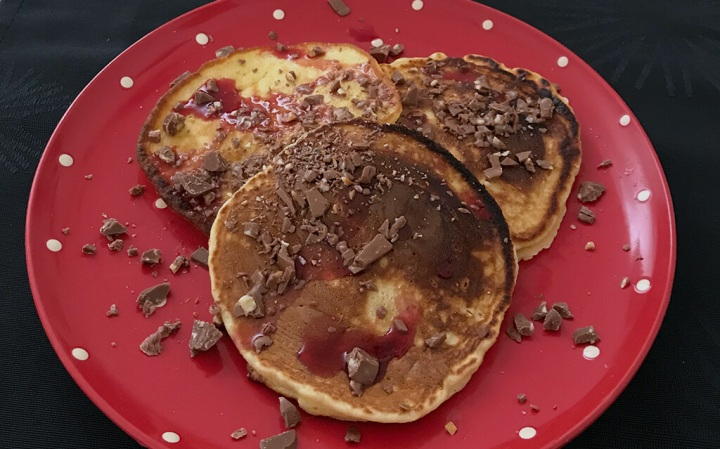 Rezept: Pancakes mit Kirschsirup und gehackterSchokolade